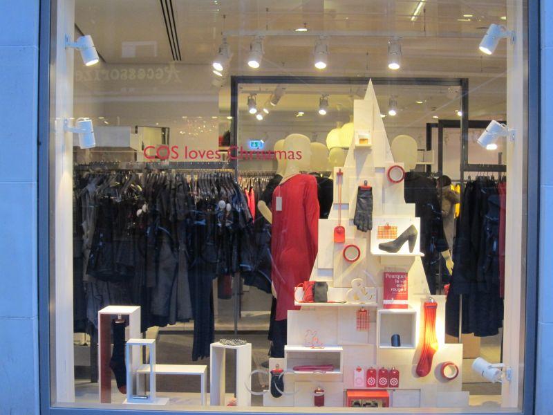 schaufenster weihnachtsdeko light bei cos. Black Bedroom Furniture Sets. Home Design Ideas