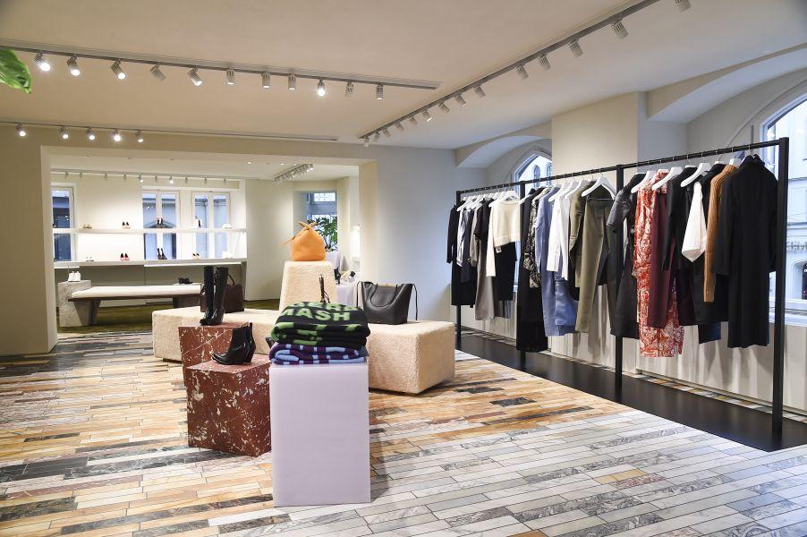 l den c line er ffnet ersten flagship store in deutschland. Black Bedroom Furniture Sets. Home Design Ideas
