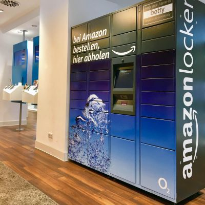 Co-gebrandeter Amazon Locker in einem O2-Store.