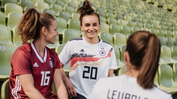 separation shoes 72f4e c6f2d Frauenfußball-WM: Adidas: Männer-Prämien und Frauen-Trikots