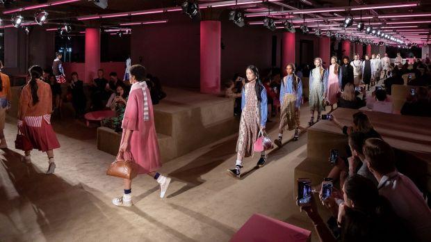 71947d676389c Mailänder Luxus-Gruppe wählt Secoo   Prada und Miu Miu  Online ...