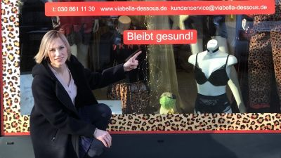 Rian Quantmeyer-Juncken vor ihrem Laden Viabella Dessous in Berlin.